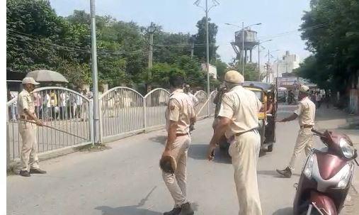 डंडा दिखाकर सवारी टेम्पो को रोकती पुलिस। - Dainik Bhaskar