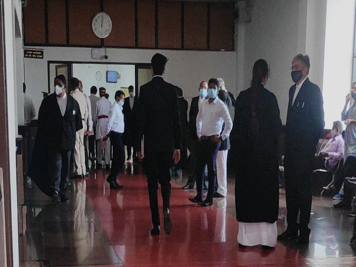 मास्क के साथ परिसर में वकीलों की दिखाई दी भीड़, बोले इतने दिनों बाद साथियों से मिलकर हुई खुशी, चुनाव को लेकर भी दिखाई दी हलचल|बिलासपुर,Bilaspur - Dainik Bhaskar