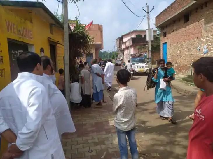 एनकाउंटर के बाद गांव में दहशत का माहौल बन गया है।
