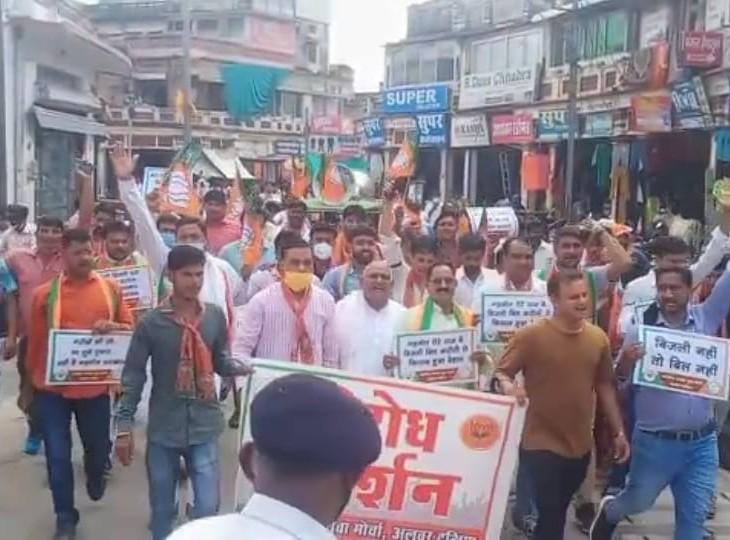 विरोध में रैली निकालते युवा मोर्चा के कार्यकर्ता। - Dainik Bhaskar