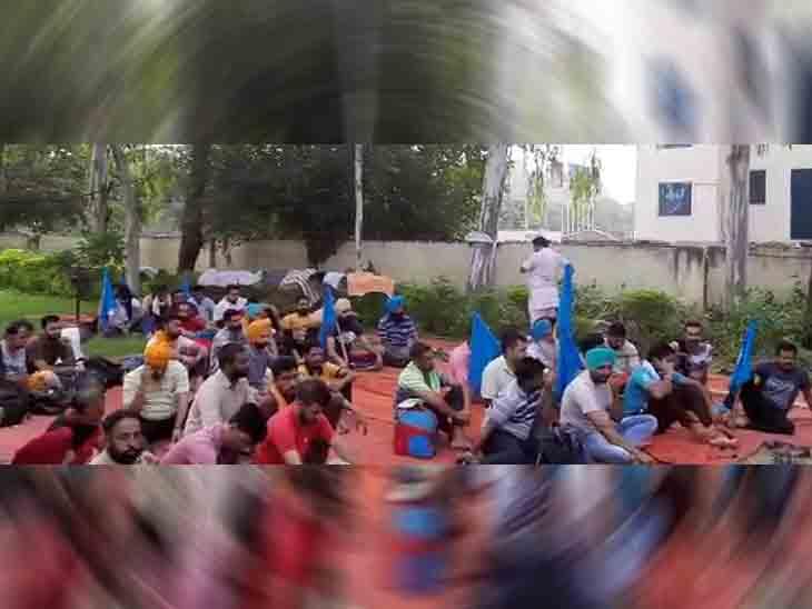 पंजाब रोडवेज के कर्मचारियों की ओर से अपनी मांगों को लेकर आज से हड़ताल शुरू कर दी गई है। - Dainik Bhaskar