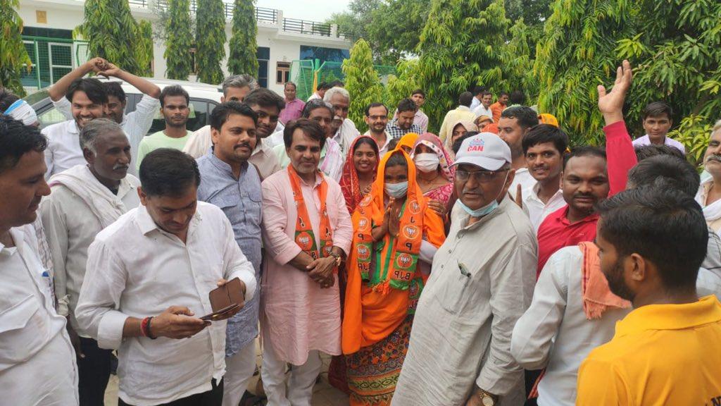 महुवा में जीत के बाद भाजपा की प्रधान गीता गुर्जर, पार्टी नेताओं के साथ।