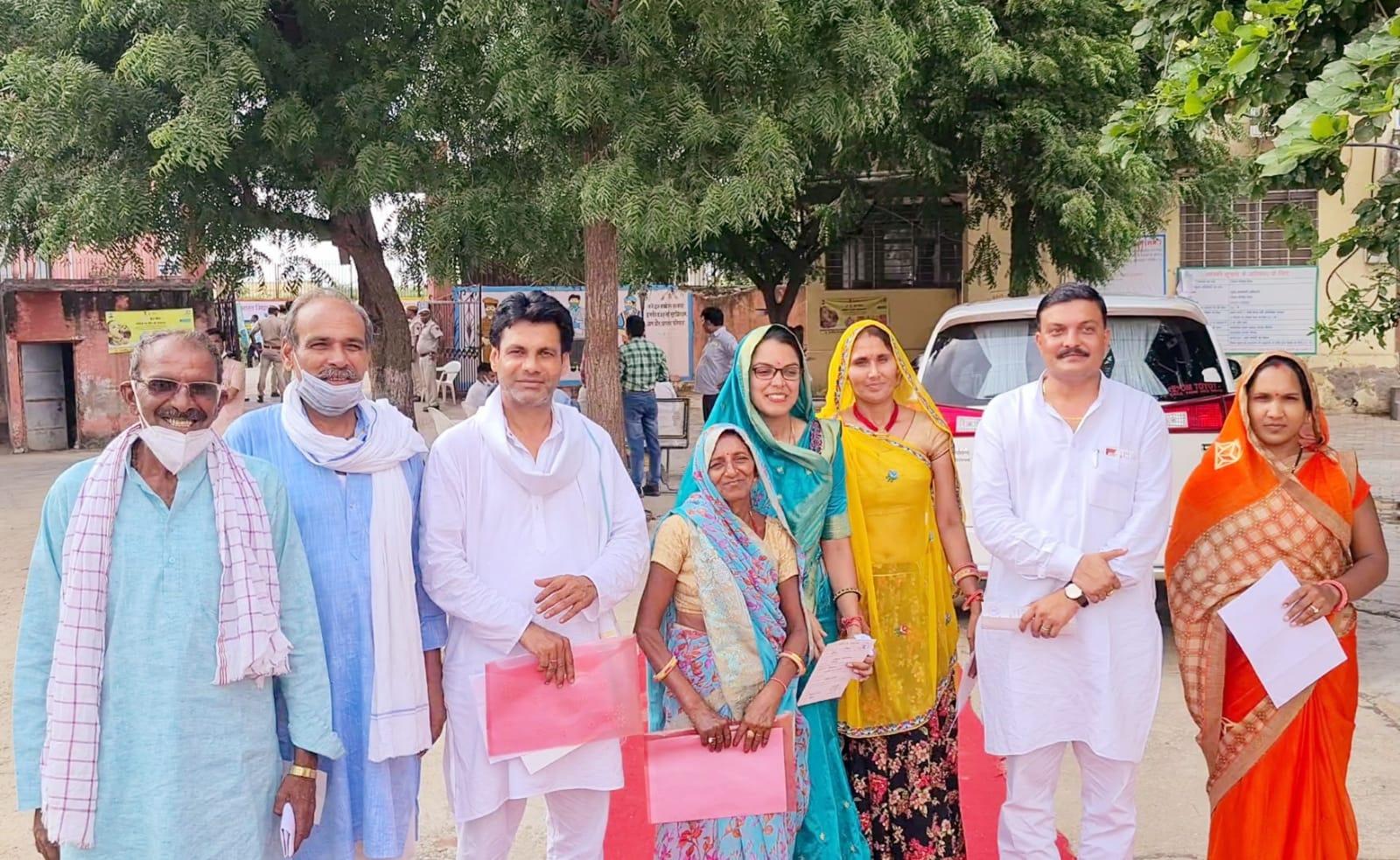 भाजपा के 6 सदस्य एक साथ वोट करने पहुंचे, लेकिन यहां भाजपा को 13 वोट मिले हैं।
