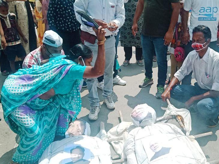 केन्द्र व राज्य सरकार के खिलाफ जताया रोष; PM नरेन्द्र मोदी व CM अशोक गहलोत का फूंका पुतला, शव यात्रा निकाली, चप्पलों से पीटा|अजमेर,Ajmer - Dainik Bhaskar