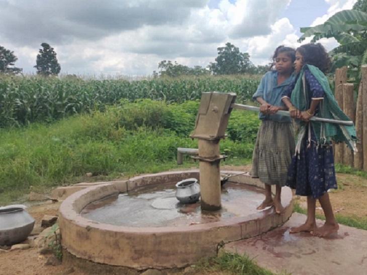 पानी के लिए गांव में 4 हैंडपंप हैं। इनमें एक बंद है, एक से गंदा और दो से मुश्किल से पानी निकलता है।