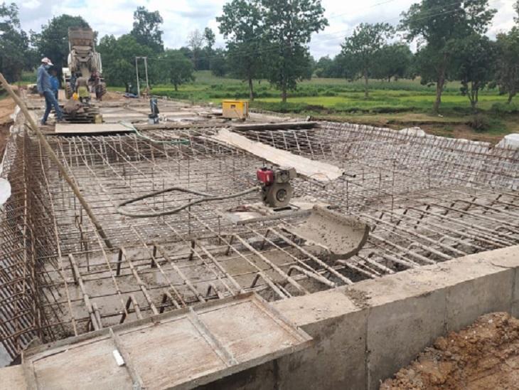 ओडिशा का 120 आबादी वाला खड़ूआगा गांव है। इनकी राह आसान करने ओडिशा सरकार साढ़े चार करोड़ रुपए की लागत से पुल बना रही है।