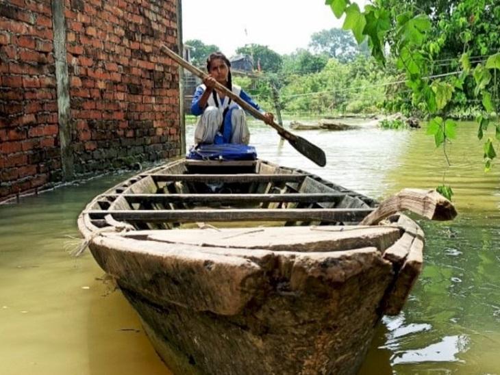 700 मीटर दूरी तक संध्या नाव चलाकर स्कूल जाती है।