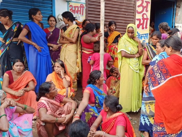 पटना में 2 दिन से लापता युवक की लाश गड्ढे में मिली, शरीर पर जख्म और गला दबाने का मिला निशान; गुस्साए लोगों ने सड़क पर बवाल किया|बिहार,Bihar - Dainik Bhaskar