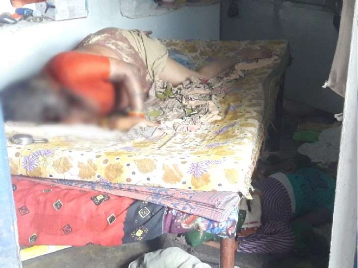 कमरे में पड़े तीनों शव, महिला सरोज बेड पर है, उसके नीचे बेटी कृति और पीछे पति जगदीश पाल की लाश पड़ी थी।