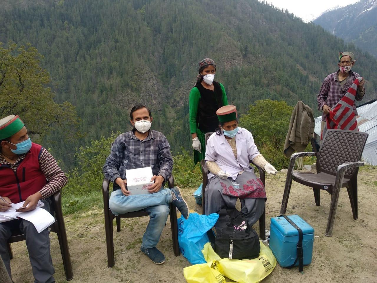 हिमाचल के दुर्गम क्षेत्र डोडराक्वार में वैक्सीन लगाने के लिए पहुंचे स्वास्थ्य विभाग के कर्मचारी।