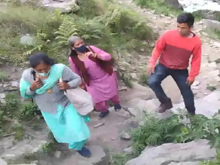 वैक्सीन लगाने के लिए किसी ने चढ़ी 6 घंटे की पैदल चढ़ाई, कोई झूले में बैठकर पहुंचा गांव-गांव, धार्मिक गुरुओं की मदद ली शिमला,Shimla - Dainik Bhaskar