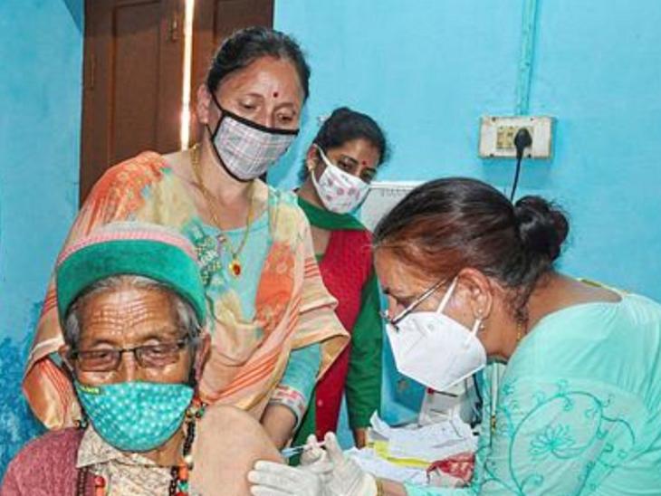 हिमाचल प्रदेश में वैक्सीन लगवाते लोग।