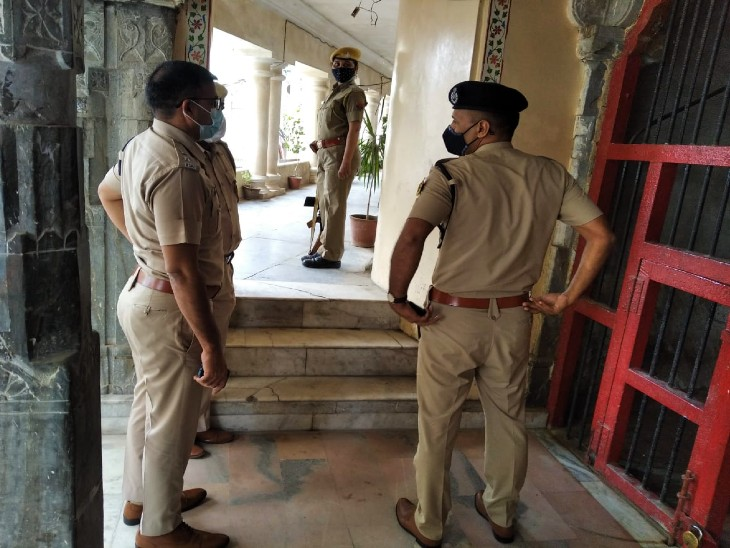 जांच में जुटी पुलिस। - Dainik Bhaskar