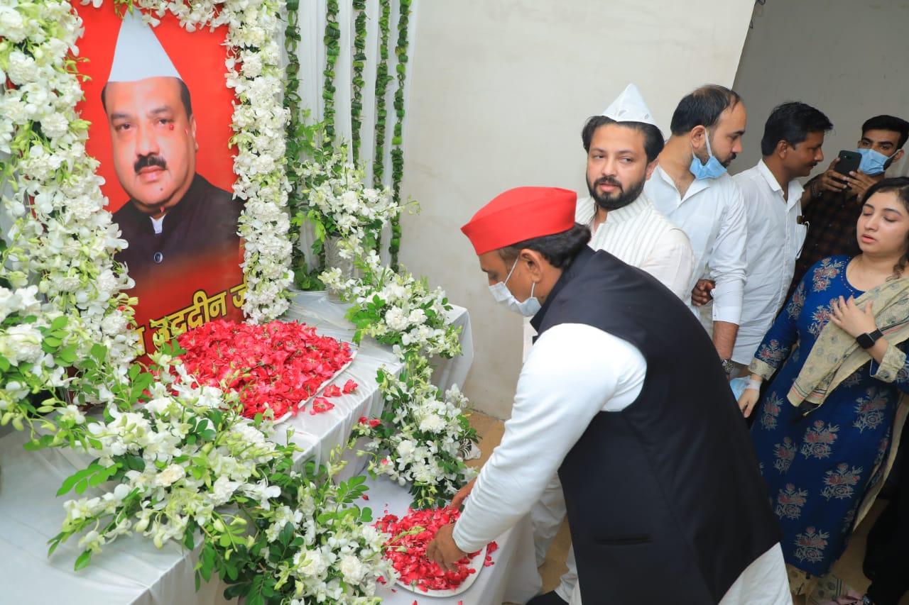 आगरा में सपा के पूर्व शहर अध्यक्ष स्व. रईसुद्दीन कुरैशी को श्रद्धांजलि देते पूर्व मुख्यमंत्री अखिलेश यादव। - Dainik Bhaskar