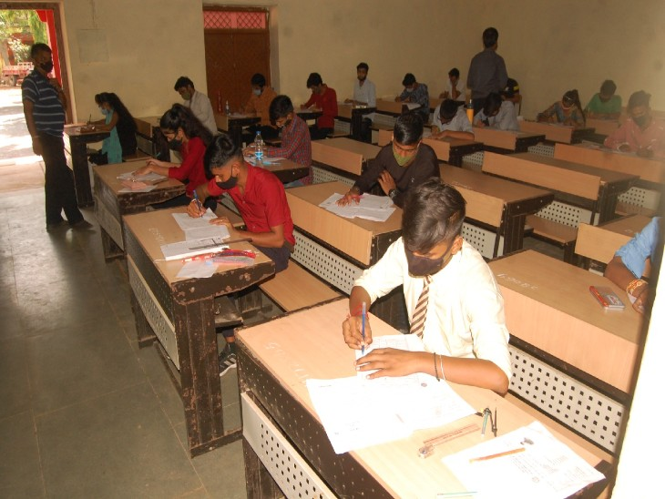 उत्कृष्ट विद्यालय में बोर्ड प� - Dainik Bhaskar