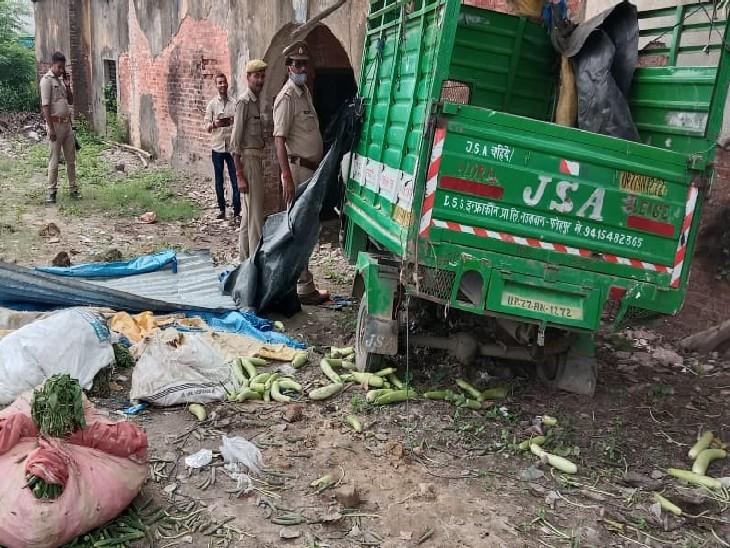 हादसे के बाद मौके पर क्षतिग्रस्त हालत में खड़ा लोडर, जांच करती महाराजपुर पुलिस - Dainik Bhaskar