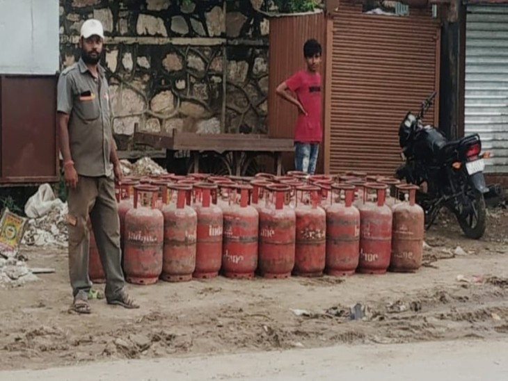 एजेंसी पॉइंट पर रखे गैस सिलेंडर। - Dainik Bhaskar