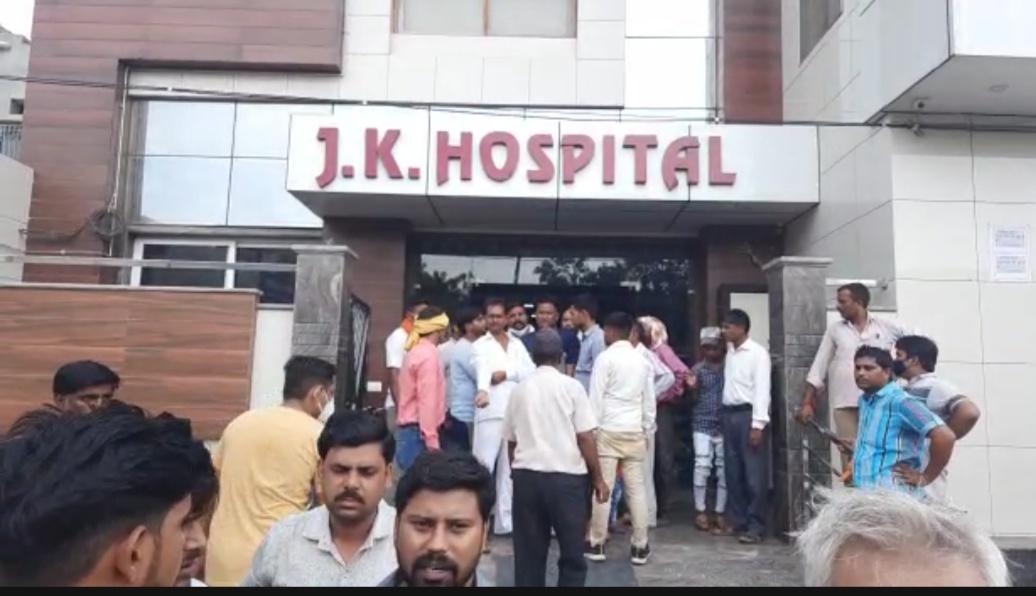 एत्माद्दौला में गलत इलाज से प्रसूता की मौत, दवाई खाने के आधे घंटे में ही पिनाहट के मासूम की गई जान; परिजनों का हंगामा|आगरा,Agra - Dainik Bhaskar