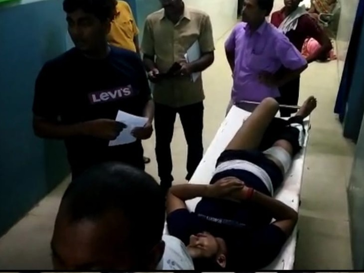 अस्पताल में घायल युवक। - Dainik Bhaskar