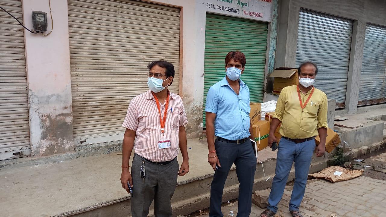 झोलाछाप का क्लीनिक सील करती स्वास्थ्य विभाग की टीम