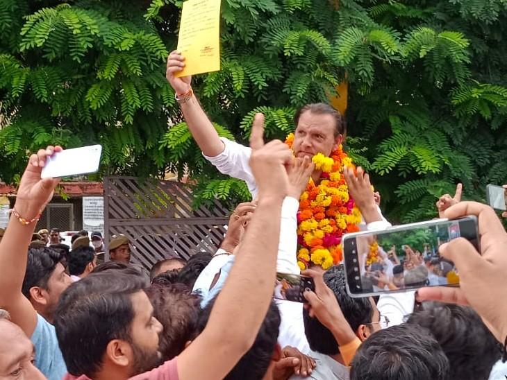 जिला प्रमुख बनने के बाद समर्थकों ने कंधों पर उठाया जगत सिंह को। - Dainik Bhaskar