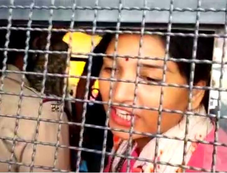 पिस्तौल मिलने के बाद विशाखा घाडगे नाम की महिला की कंप्लेंट पर करुणा शर्मा और अरुण मोरे को पुलिस ने गिरफ्तार कर लिया। - Dainik Bhaskar