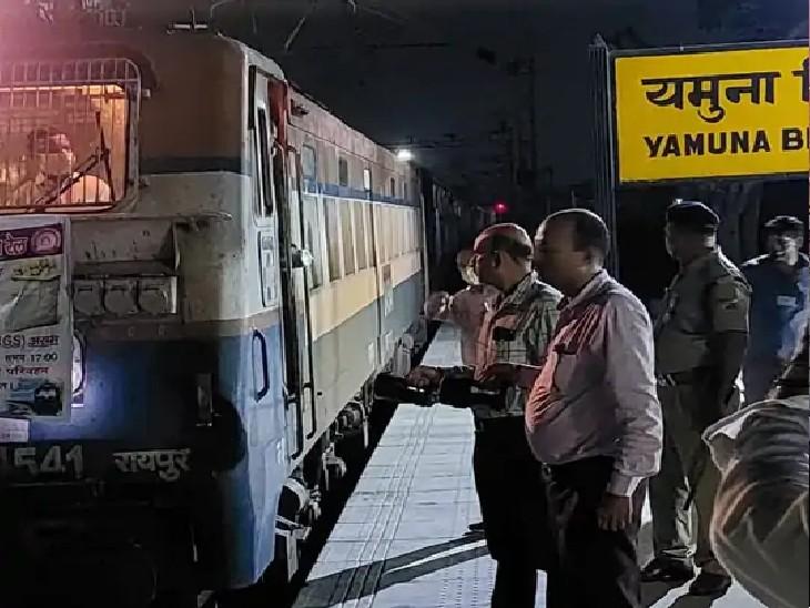 आलू लेकर उत्तर मध्य रेलवे की पहली किसान रेल आगरा (यमुना ब्रिज) से 4.30 बजे रवाना हुई। - Dainik Bhaskar