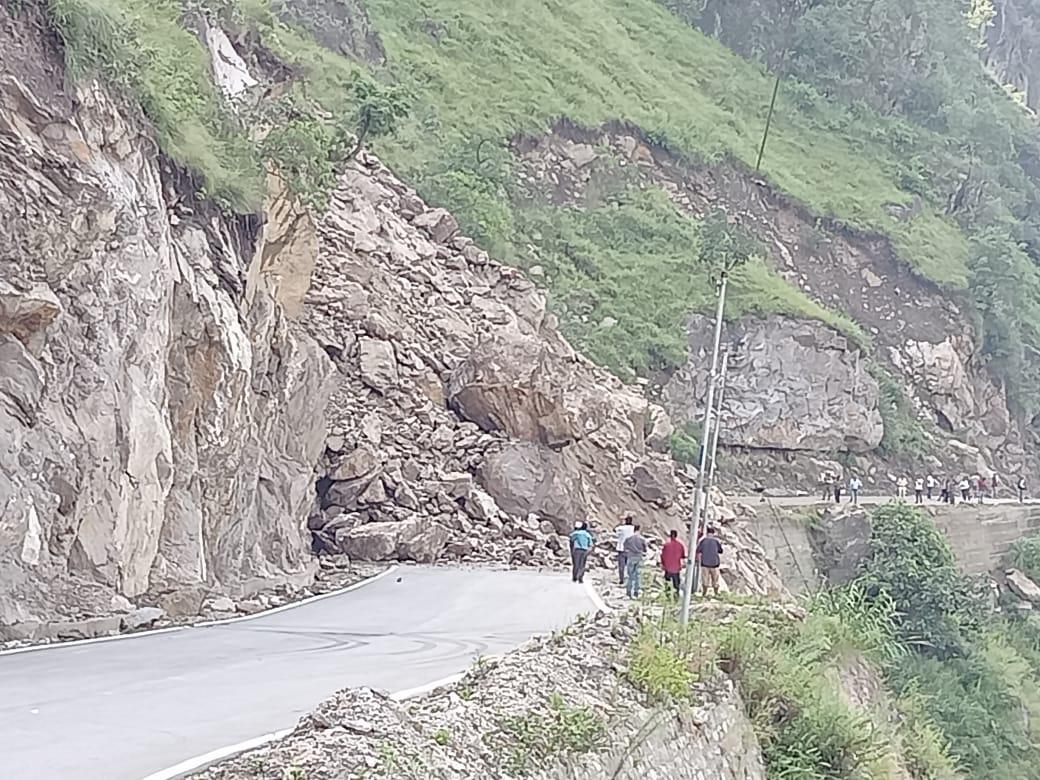 चंद सेकेंड में पूरा पहाड़ भरभरा कर सड़क पर आ गया, निगुलसेरी से 10 किमी दूर हुआ हादसा; जान माल के नुकसान की सूचना नहीं|शिमला,Shimla - Dainik Bhaskar