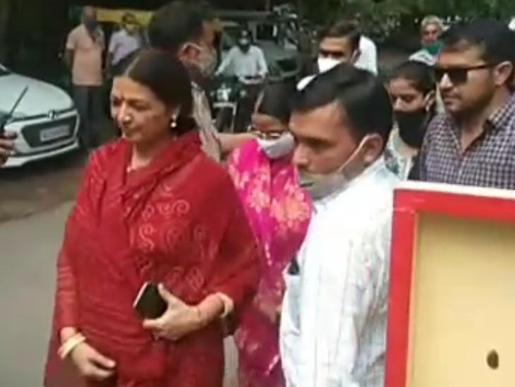 जोधपुर में जिला प्रमुख पद का नामांकन दाखिल करने जाती लीला मदेरणा। - Dainik Bhaskar