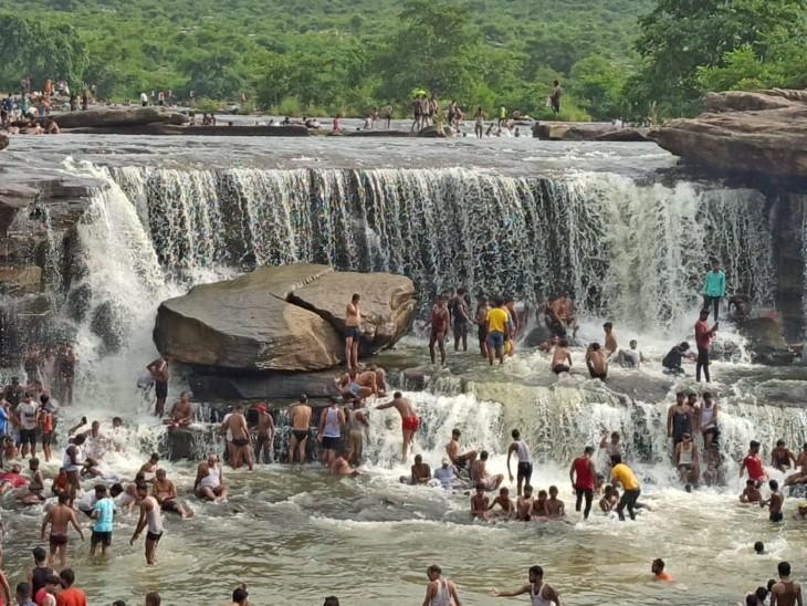 मांझर कुंड के पास पर्यटकों की भीड़। - Dainik Bhaskar