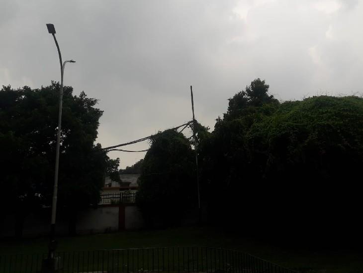 प्रयागराज में अचानक मौसम बदलने से विजिबिलिटी कम हो गई।