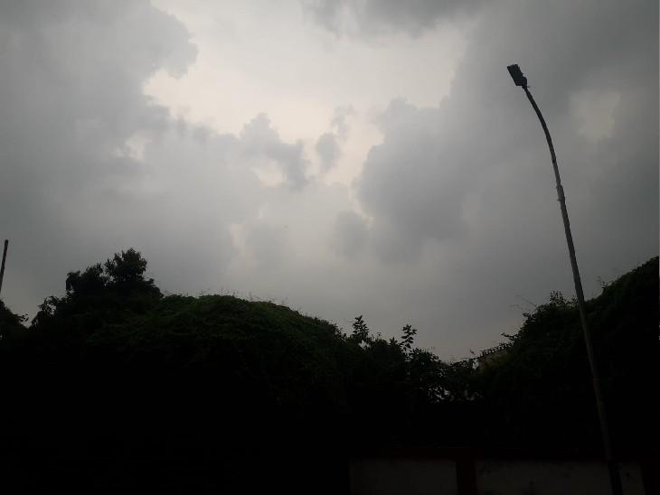 प्रयागराज में अचानक से मौसम बदल गया है। सोमवार की अपराह्न 3:30 बजे से तेज हवा के साथ बारिश हुई। - Dainik Bhaskar