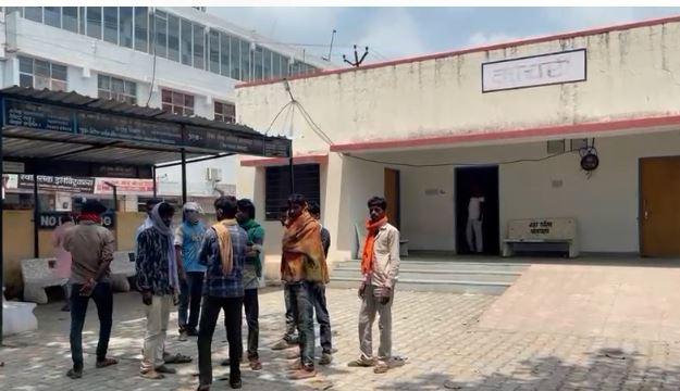 एमजी हॉस्पिटल के मुर्दाघर के बाहर खड़े मृतक के परिजन।