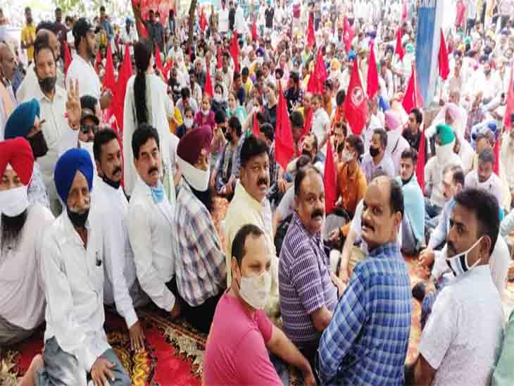 नगर निगम कार्यालय के सामने कर्मचारियों का रोष प्रदर्शन। - Dainik Bhaskar