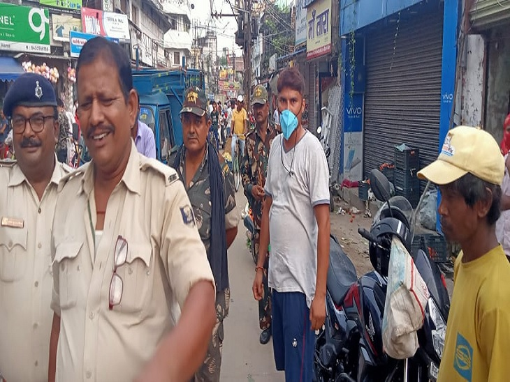 मौके पर जांच को पहुंची पुलिस। - Dainik Bhaskar