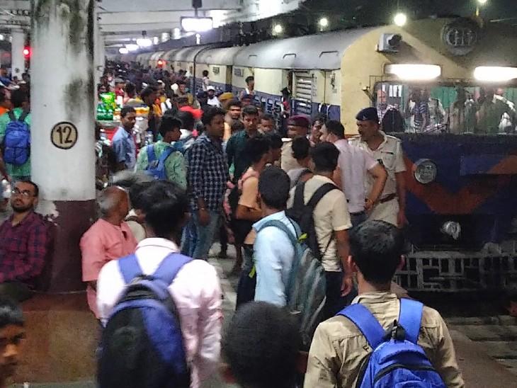 स्लीपर से लेकर AC बोगी तक पर कब्जा, गार्ड और इंजन बोगी पर चढ़े, यात्रियों के साथ मारपीट और वेंडरों से लूटपाट की|बिहार,Bihar - Dainik Bhaskar