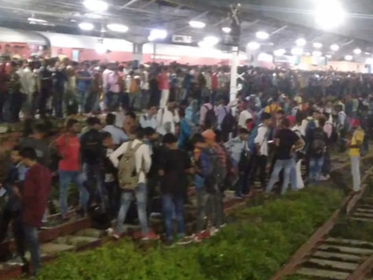प्लेटफॉर्म और रेल पटरी पर छात्रों की भीड़।