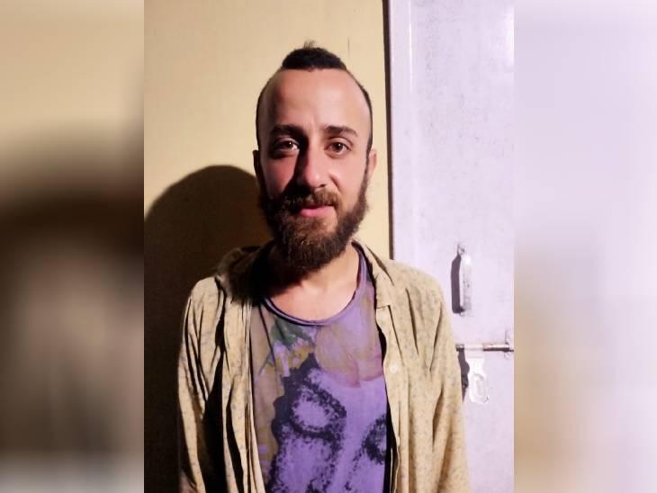 पकड़ा गया इटली का नागरिक। - Dainik Bhaskar