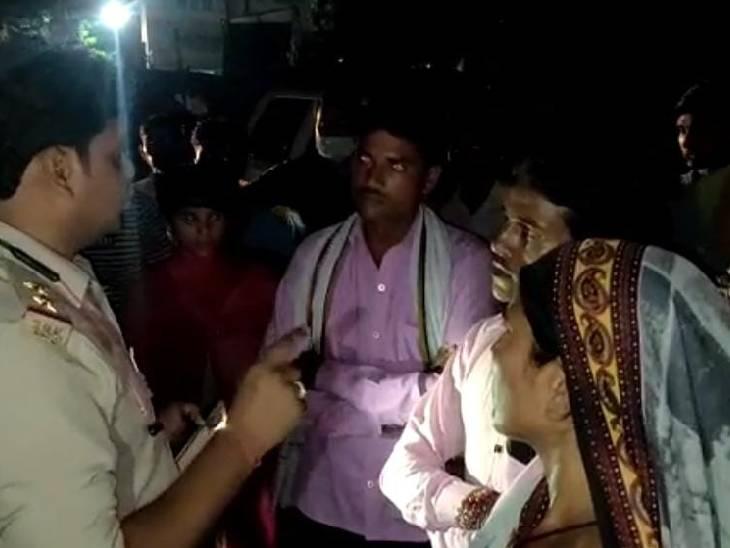 बेटी ने फांसी से लटकते देखा शव, परिजनों और पड़ोसियों को दी सूचना; मां ने जेठ को बीच सड़क पीटा, पुलिस ने बचाया महोबा,Mahoba - Dainik Bhaskar
