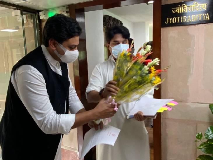 दिल्ली में दर्जा प्राप्त राज्यमंत्री अफरोज खान ने नागरिक उड्डयन मंत्री ज्योतिरादित्य सिंधिया से की मुलाकात। - Dainik Bhaskar