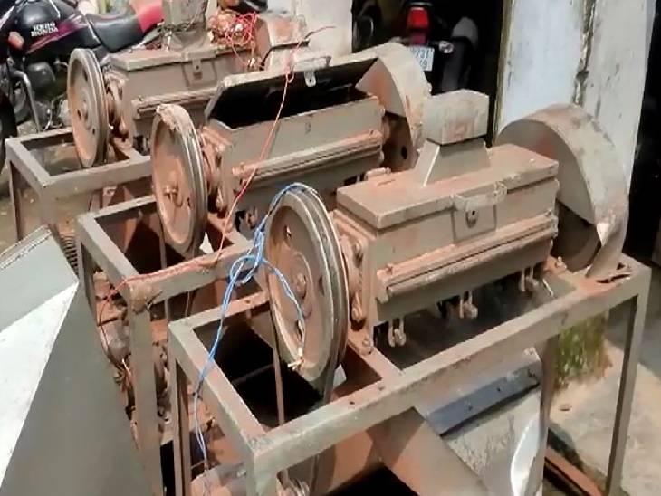 हमीरपुर में पुलिस ने गुटखा फैक्ट्री से बरामद की मशीनें। - Dainik Bhaskar