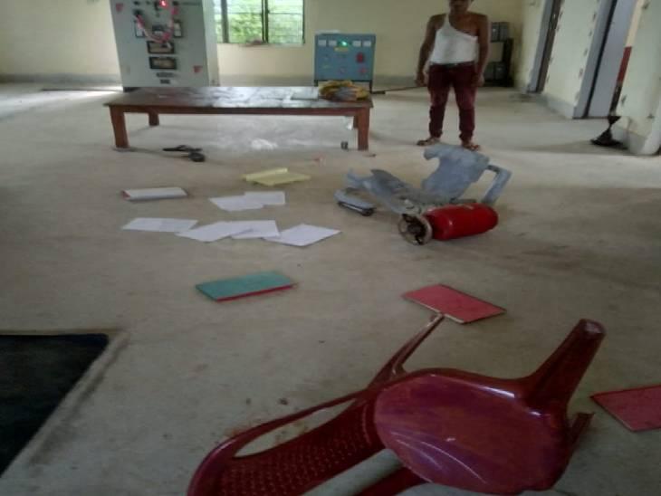 सोनभद्र में ग्रामीणों ने पावर हाउस में घुसकर की तोड़फोड़। - Dainik Bhaskar