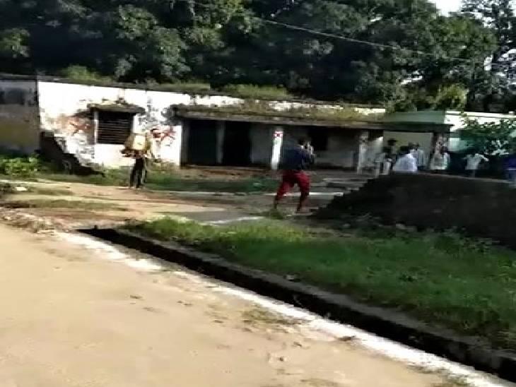 लखीमपुर खीरी में गांवों में चल रहा सेनिटाइजेशन। - Dainik Bhaskar
