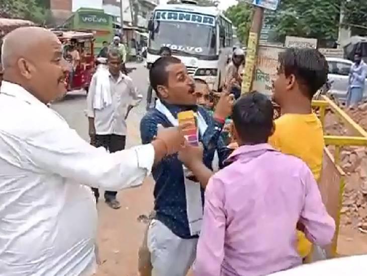हरदोई में दो बस चालकों के बीच जमकर हुई मारपीट। - Dainik Bhaskar