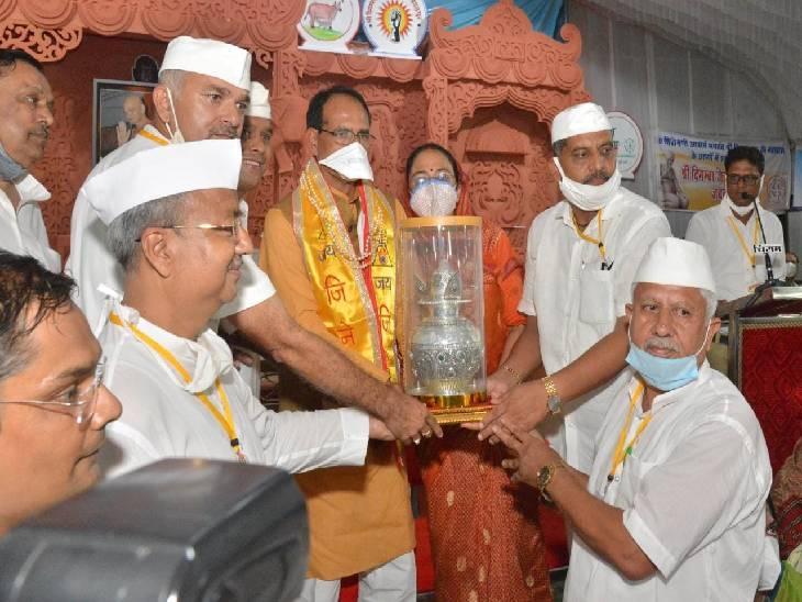 आचार्य विद्यासागर ने कहा- शिक्षा मातृ भाषा और कौशल विकास करने वाला होना चाहिए, सीएम बोले-गांधीजी के बाद आचार्य ने हथकरघा को स्वावलंबन का प्रतीक बना दिया|जबलपुर,Jabalpur - Dainik Bhaskar