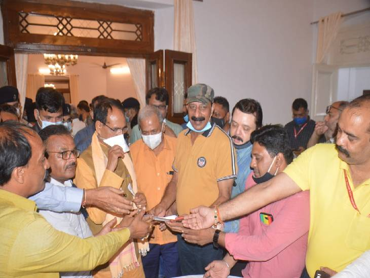 सीएम ने जबलपुर में पत्रकारों की मांग पर दिए निर्देश, 2020 के समान ही देना होगा प्रीमियम, 30 सितंबर तक कर सकेंगे आवेदन|जबलपुर,Jabalpur - Dainik Bhaskar