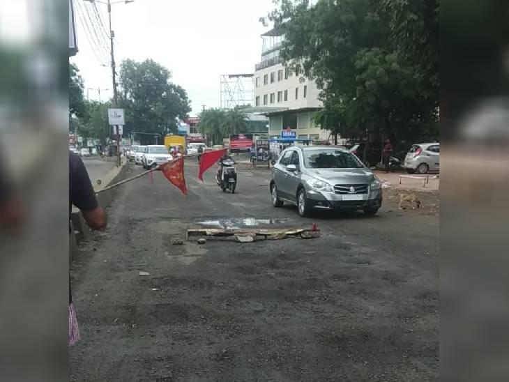 सिग्नल के रूप में झंडे लगाने के बाद गाड़ियां दूर से गुजर रही है।