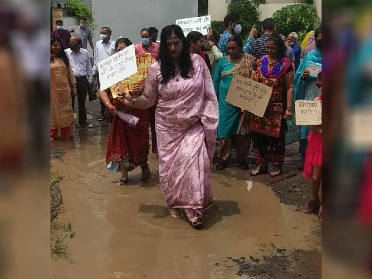 खराब सड़कों से परेशान दानिश नगर कॉलोनी की महिलाओं ने 4 सितंबर को गड्ढों में रैम्प वॉक किया था।