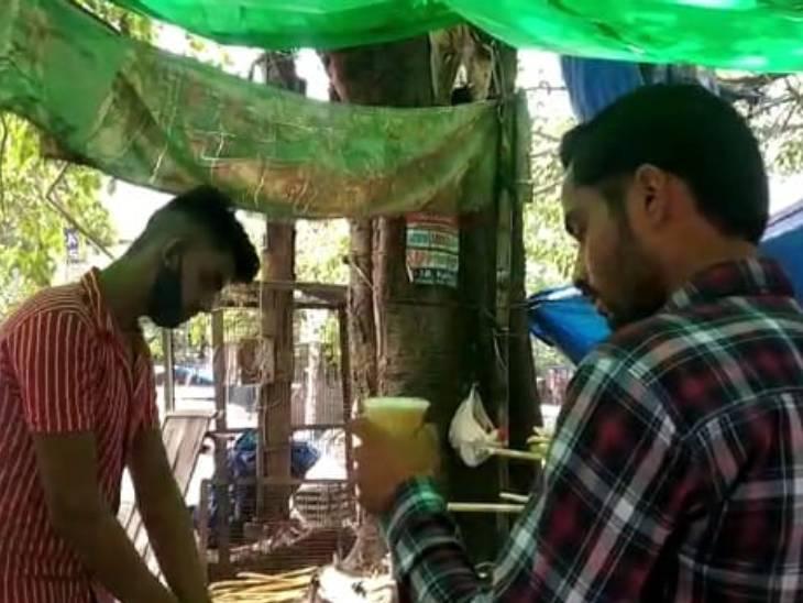 लखनऊ के आलमबाग क्षेत्र में उमस भरी गर्मी बढ़ने के बाद लोग राहत के लिए जूस पीते हुए।