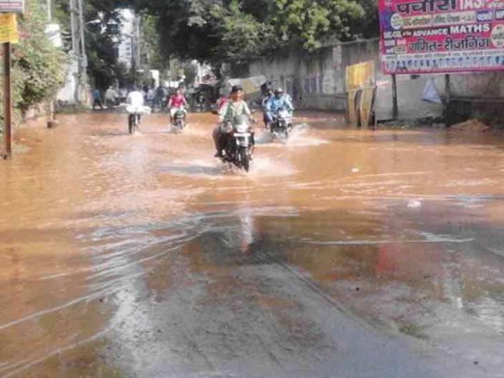 लाइन में लीकेज के चलते वीआईपी रोड पर भरा था पानी।